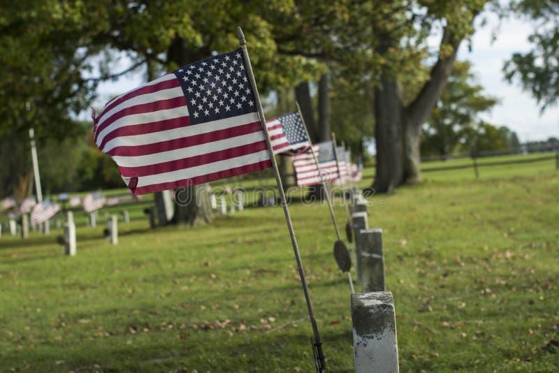 Flaggen auf Gräbern stockfotografie