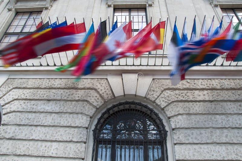 Flaggen auf Hofburg-Palast in Wien, Österreich lizenzfreie stockfotos
