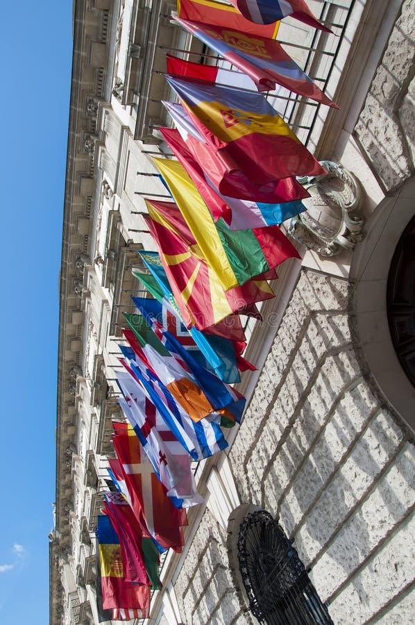 Flaggen auf Hofburg-Palast in Wien, Österreich lizenzfreie stockbilder