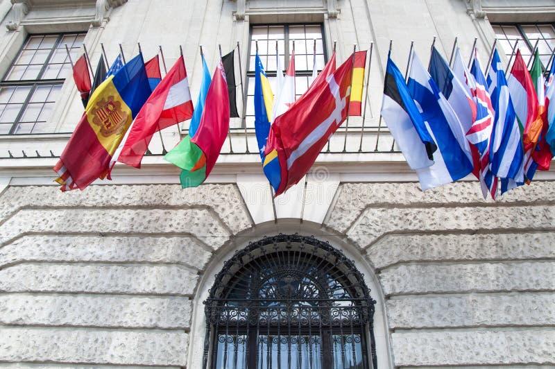 Flaggen auf Hofburg-Palast in Wien lizenzfreie stockfotos