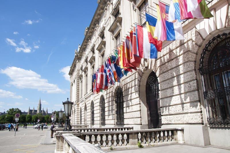 Flaggen auf Hofburg-Palast in Wien lizenzfreies stockbild