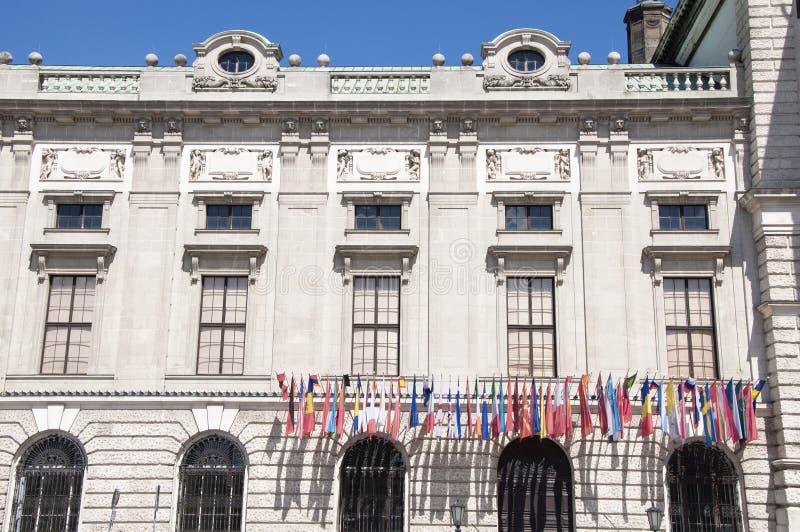 Flaggen auf Hofburg-Palast in Wien stockfoto