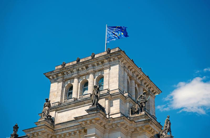 Flaggen der Europ?ischen Gemeinschaft, die in den Wind an ber?hmtem Reichstag-Geb?ude, Sitz des deutschen Parlaments Deutscher de lizenzfreie stockfotografie