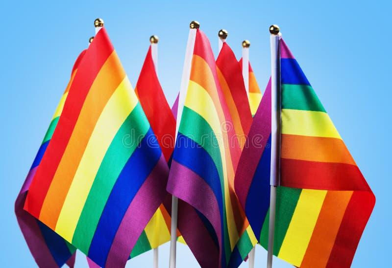 Flaggen der LGBT-Gemeinschaft auf einem Blau stockbilder