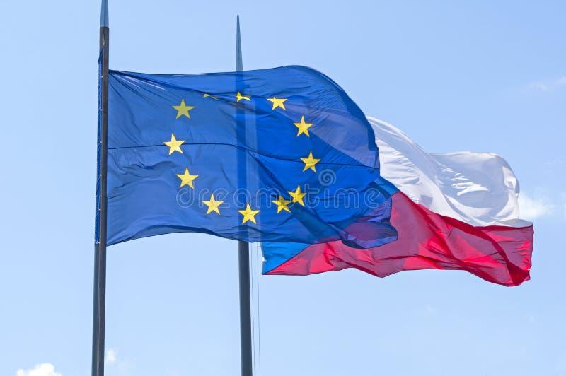 Flaggen der Tschechischen Republik und der Europäischen Gemeinschaft lizenzfreie stockfotografie