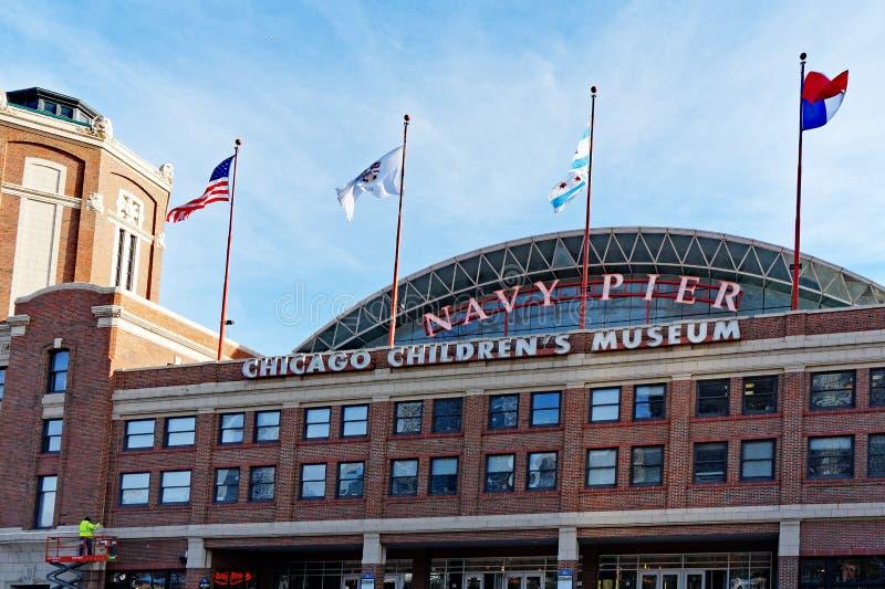 Flaggen, die an der Marine Pier Entrance, Chicago Illinois, USA fliegen lizenzfreie stockbilder