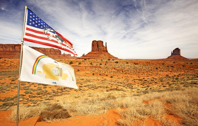 Flaggen, die in Monumenttal wellenartig bewegen lizenzfreie stockfotografie