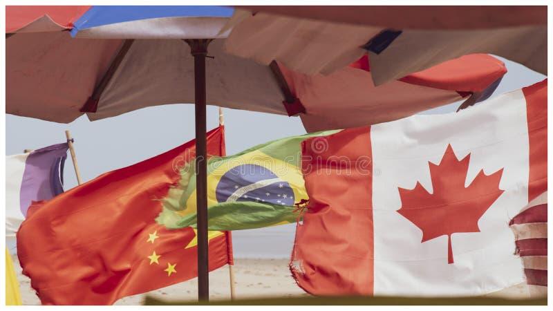 Flaggen eingestellt auf den Strand in Accra Ghana stockfotos