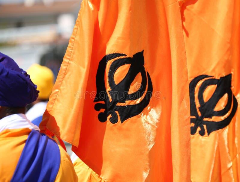 Flaggen mit khanda Symbol von Sikhism lizenzfreie stockbilder