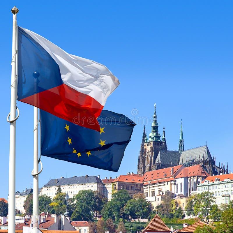 Flaggen-, Prag-Schloss und wenig Stadt, Prag, Tschechische Republik lizenzfreies stockbild