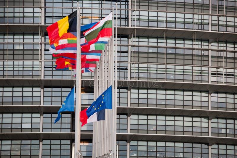 Flaggen- und Frankreich-Flagge der Europäischen Gemeinschaft fliegt am Halbmast lizenzfreies stockfoto