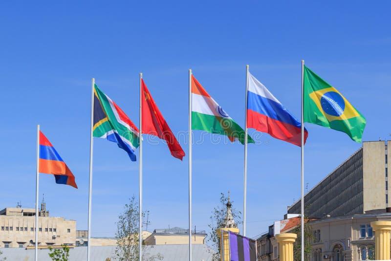Flaggen von BRICS-Ländern auf einem sonnigen Sommermorgen gegen blauen Himmel lizenzfreie stockfotografie