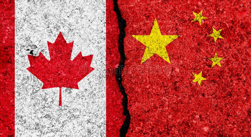 Flaggen von China und von Kanada gemalt auf gebrochenem Schmutzwandhintergrund/Kanada- und China-Beziehungen und Konfliktkonzept lizenzfreies stockfoto