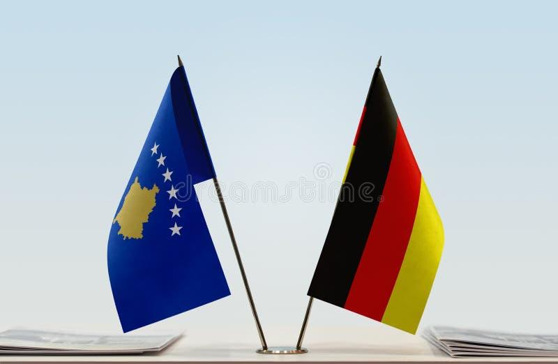 Flaggen von Kosovo und von Deutschland stockbild