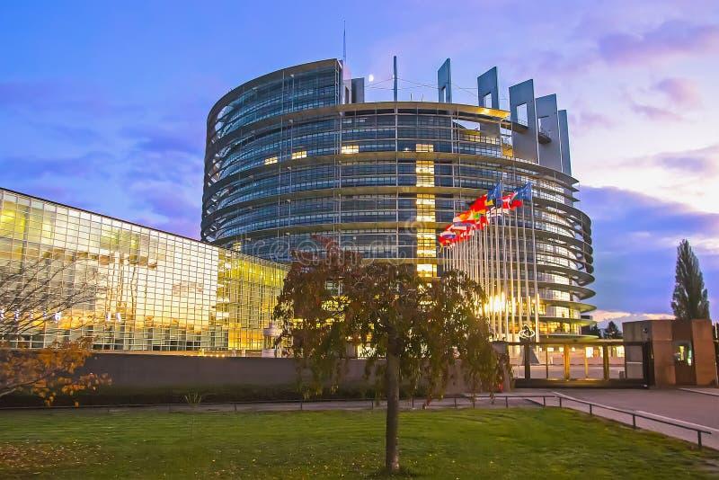 Flaggen von Ländern der Europäischen Gemeinschaft vor dem Gebäude des Europäischen Parlaments lizenzfreie stockfotos