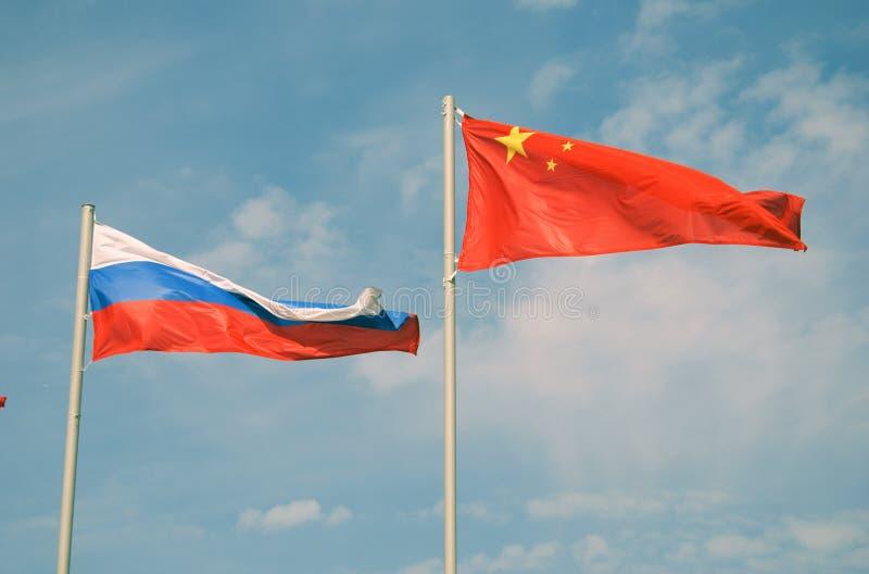 Flaggen von Russland und von China stockbilder