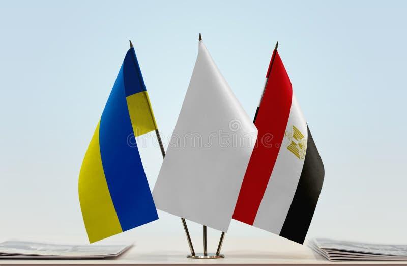 Flaggen von Ukraine und von Ägypten lizenzfreie stockfotografie