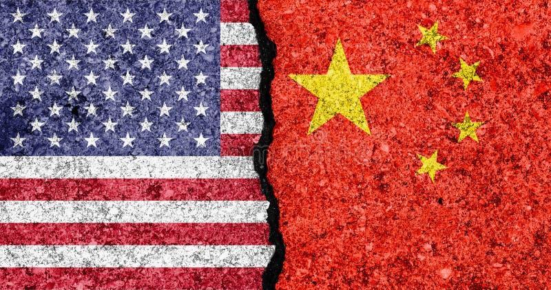 Flaggen von USA und von China gemalt auf gebrochenem Handelskonfliktkonzept der Wand background/USA-China lizenzfreie abbildung