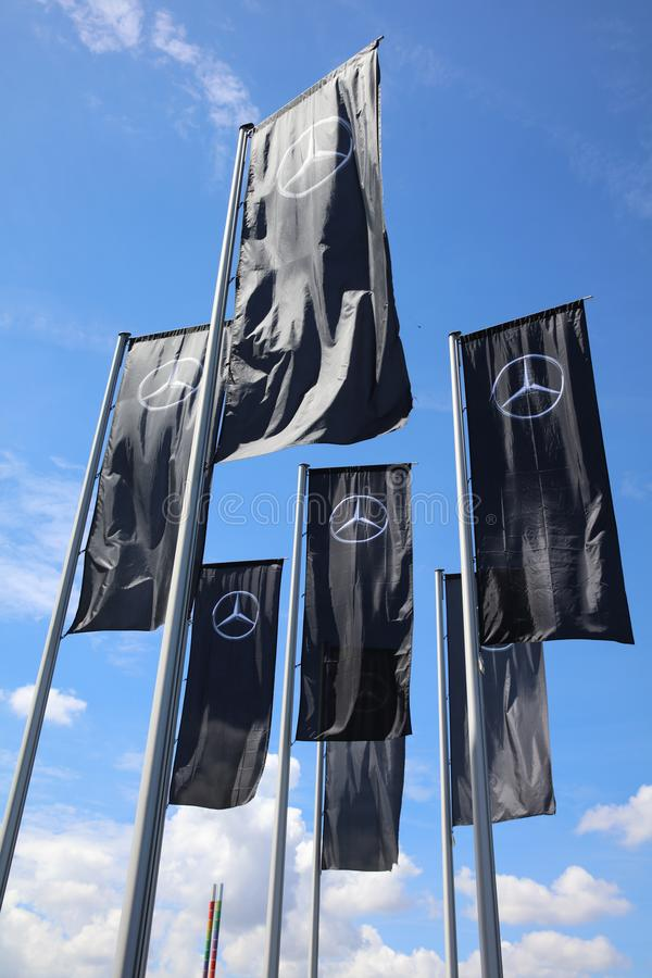 Flaggen vor Mercedes-Benz Museum in Stuttgart deutschland lizenzfreies stockfoto