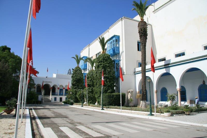 Flaggenpfosten und das Bardo-Museum stockbild