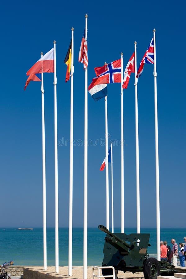 flaggor Arromanches, Normandie, Frankrike royaltyfria bilder