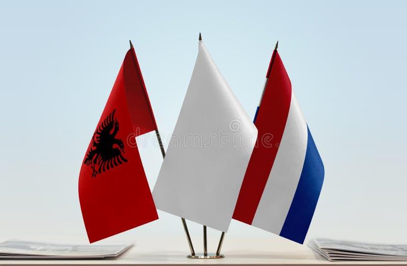 Flaggor av Albanien och Nederländerna royaltyfria foton