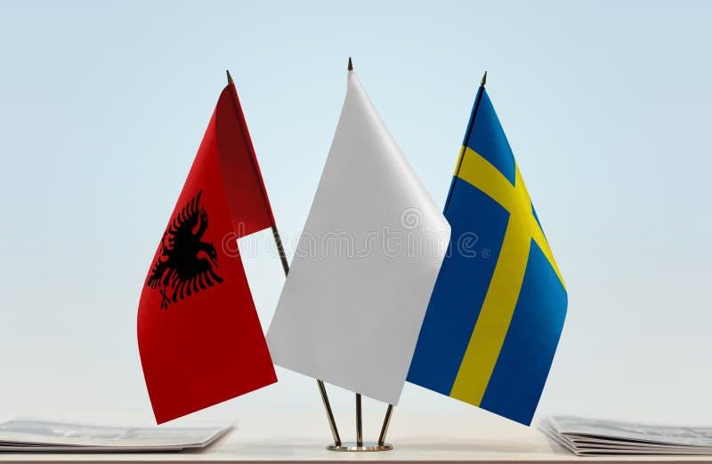 Flaggor av Albanien och Sverige royaltyfri foto