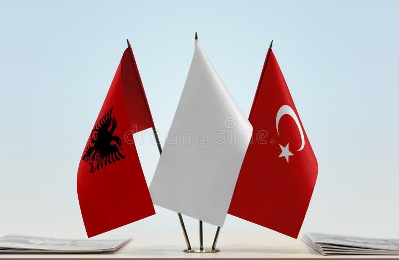 Flaggor av Albanien och Turkiet arkivfoton