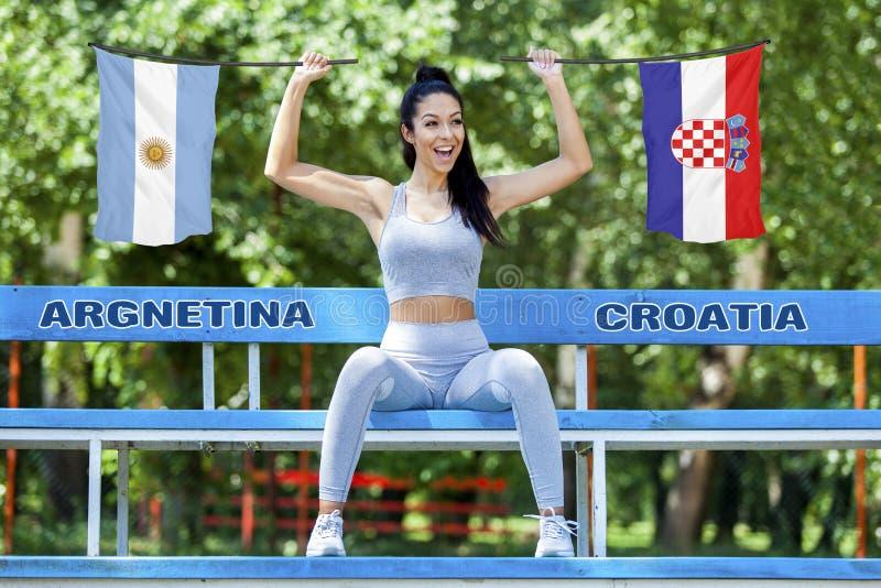 Flaggor av Argentina och Kroatien som rymms av den härliga sexiga flickan arkivfoton
