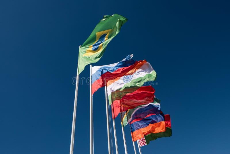 Flaggor av BRICS-länderna i den blåa himlen royaltyfri fotografi