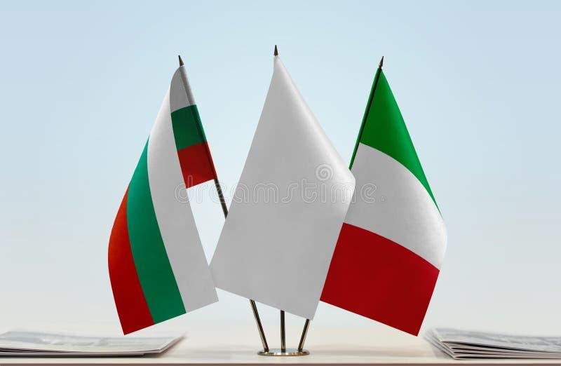 Flaggor av Bulgarien och Italien arkivbild