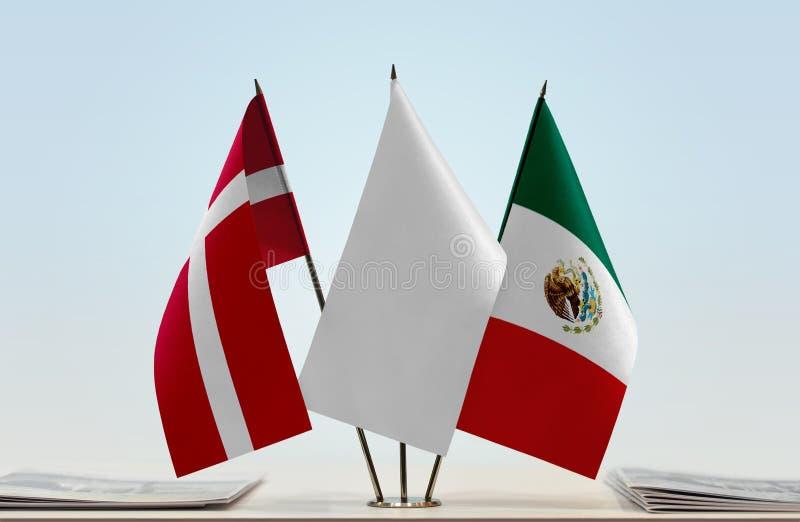 Flaggor av Danmark och Mexico royaltyfri bild