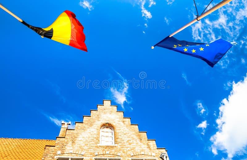 Flaggor av Europa och Belgien i Bruges arkivbilder