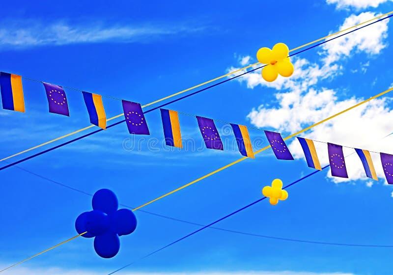 Flaggor av europeisk union och Ukraina, ballonger fotografering för bildbyråer