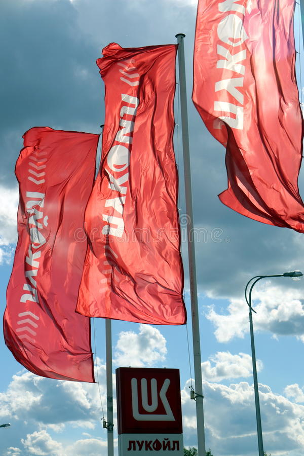 Flaggor av företaget LUKOIL royaltyfri bild