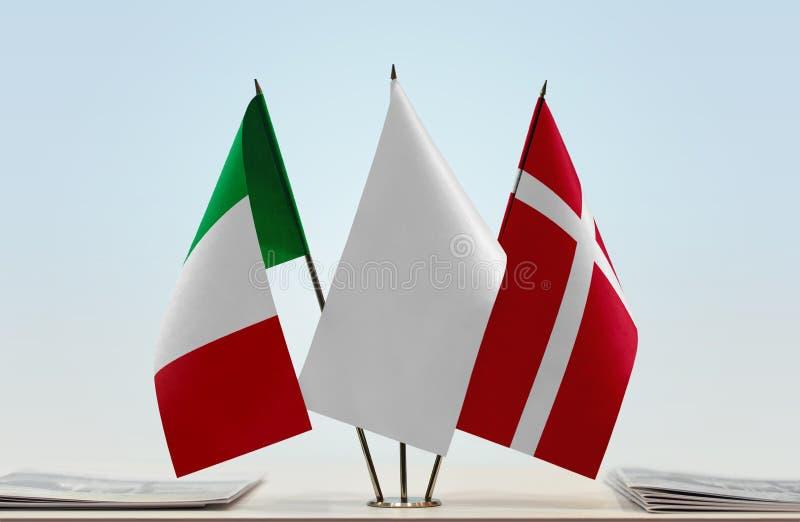 Flaggor av Italien och Danmark fotografering för bildbyråer