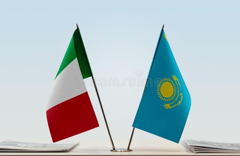 Flaggor av Italien och Kasakhstan royaltyfri fotografi