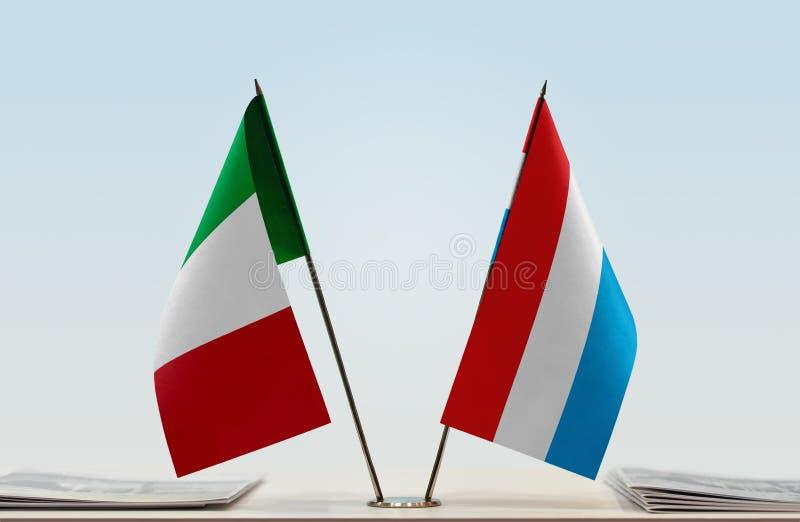 Flaggor av Italien och Luxembourg fotografering för bildbyråer
