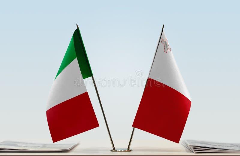 Flaggor av Italien och Malta fotografering för bildbyråer