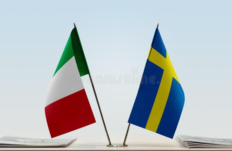 Flaggor av Italien och Sverige royaltyfri bild