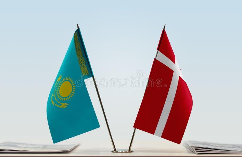 Flaggor av Kasakhstan och Danmark arkivfoton