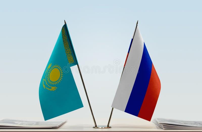 Flaggor av Kasakhstan och Ryssland arkivfoto
