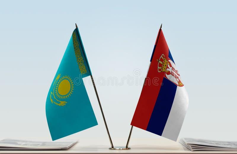 Flaggor av Kasakhstan och Serbien arkivfoton
