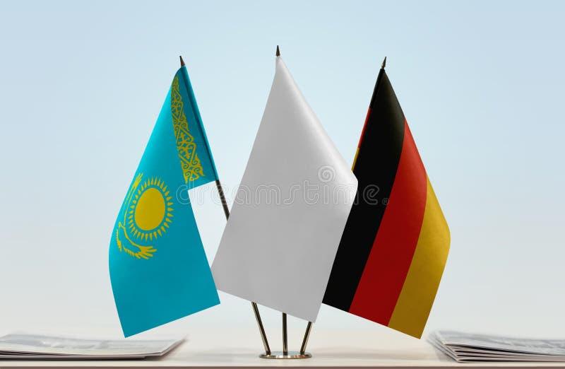 Flaggor av Kasakhstan och Tyskland arkivfoto