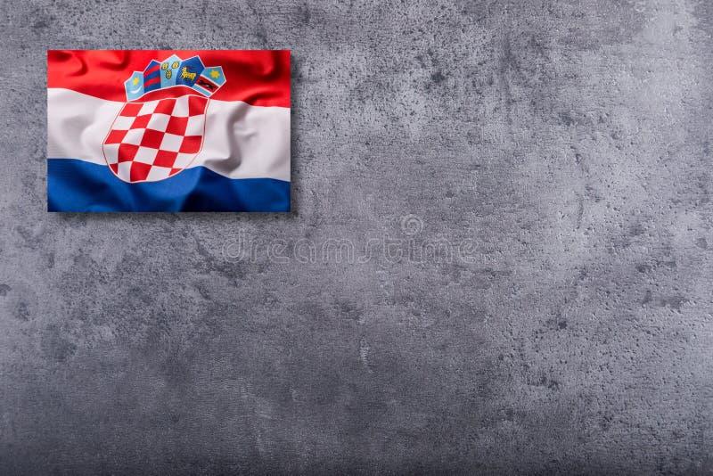 Flaggor av Kroatien på konkret bakgrund arkivbild