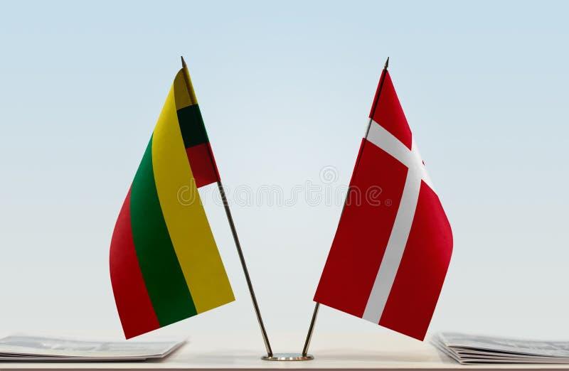 Flaggor av Litauen och Danmark royaltyfria bilder