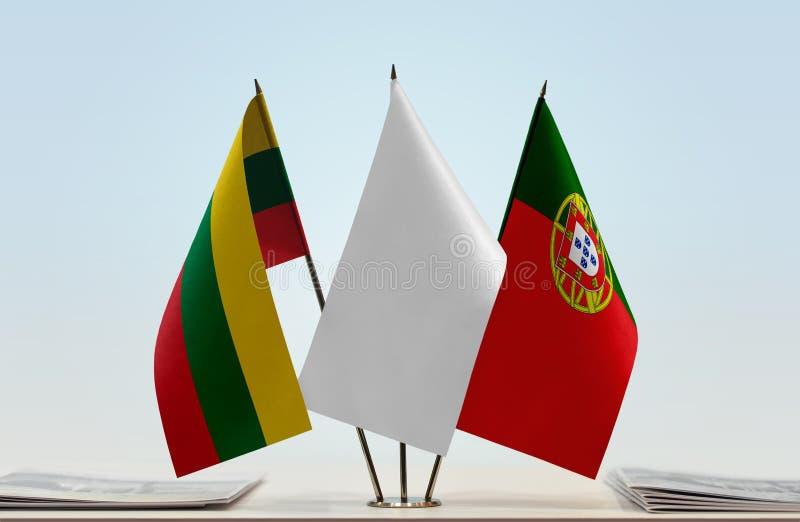 Flaggor av Litauen och Portugal royaltyfri bild