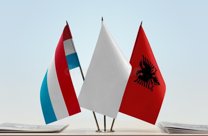 Flaggor av Luxembourg och Albanien royaltyfria bilder