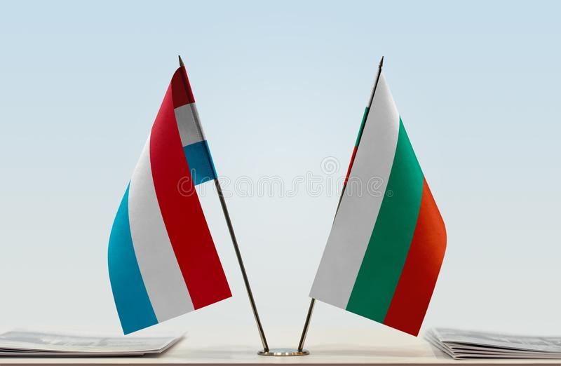 Flaggor av Luxembourg och Bulgarien fotografering för bildbyråer