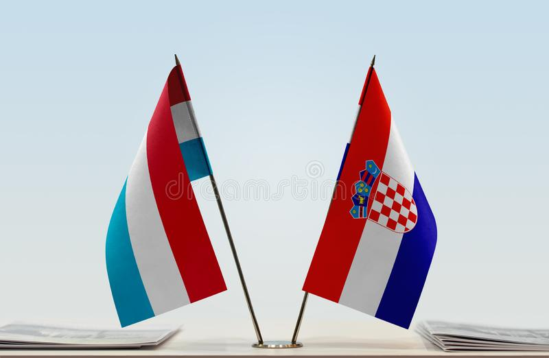 Flaggor av Luxembourg och Kroatien arkivfoton